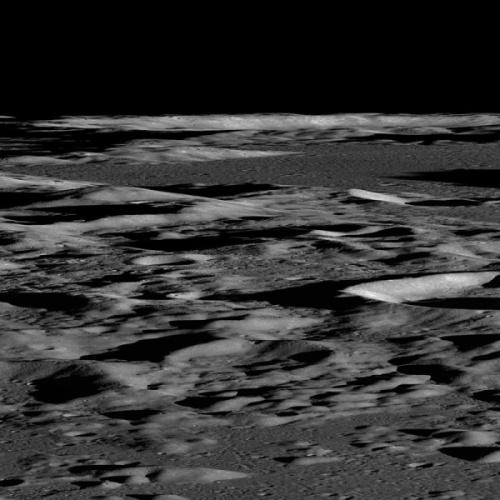 """Prima imagine oblică luată de sonda LRO. Regiunea din imagine se află la coordonatele 65.5°N, 55.6°E și constă dintr-o succesiune de cratere și dealuri. Astronomii consideră că această zonă este """"lină"""""""