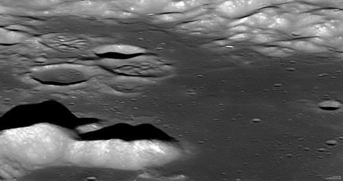 Vârf muntos din craterul Aitken. Cel mai înalt pisc are 900 m în înălțime. Foto: NASA/GSFC/Arizona State University