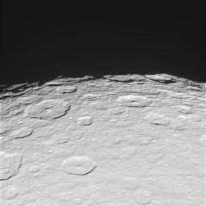 Rhea de la 56.043 km depărtare. Peisajul glacial este compus din cratere. Mii și mii de crate, cele mai mari având sute de km în diametru. Foto: NASA/JPL/Space Science Institute