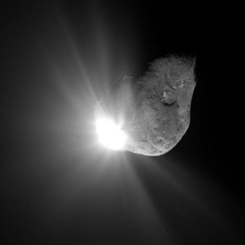 Iulie 2005, la 67 de secunde după impact. 5 milioane de tone de apă și aproximativ 20 milioane de kg de praf atuncate în numai câteva zeci de secunde în spațiu. Foto: NASA/JPL