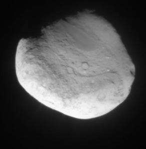 Tempel 1 de la 200 km depărtare. Nucleul este activ: se văd câteva jeturi în partea de jos. Pe acolo gazul este aruncat în spațiul. Foto: Modificări pe Tempel 1. Foto: NASA / JPL / Cornell