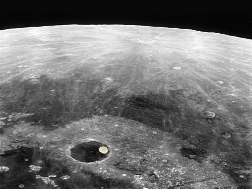 Craterul Plato și o capitală europeană