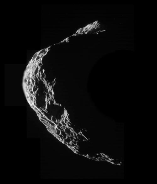Hyperion de la numai 26.020 km depărtare. Foto: NASA / JPL / SSI / mosaic by Emily Lakdawalla