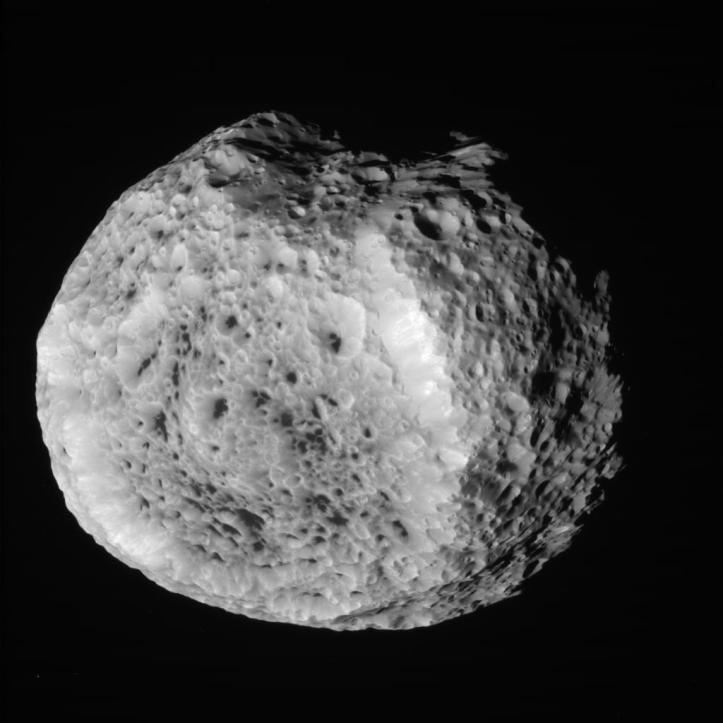 Hyperion de la 57.419 km depărtare, pe 25 august 2011. Foto: NASA/JPL/Space Science Institute