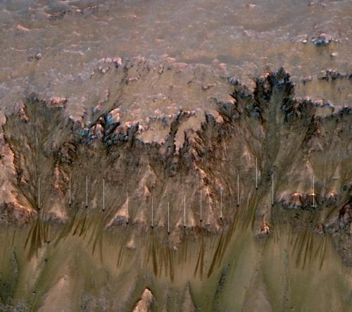 Craterul Newton și semne ale curgerii unui lichid (săgeți). Foto: NASA/JPL-Caltech/Univ. of Arizona