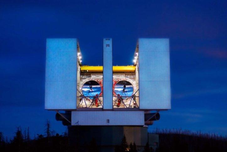 Aceasta minunatie este Large Binocular Telescop, un monstru astronomic cu doua oglinzi de 8,4 metri in diametru. Foto: AIP, LBT Observatory