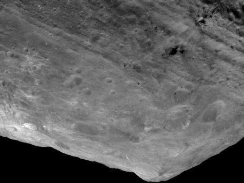 Unul din cei mai înalți munți din sistemul solar. Înăltimea de la baza la vârf este de 15 km. Foto:   NASA/JPL-Caltech/UCLA/MPS/DLR/IDA