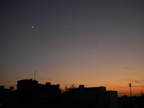Orizontul de sud-vest la ora 18: Luna și Venus pe cerul de seară.