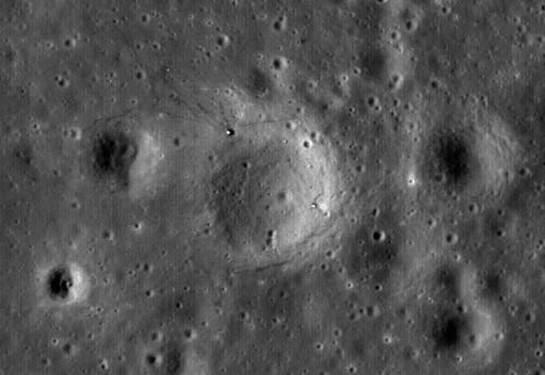 Luna văzută de sonda LRO. Două dintre detaliile din imagine sunt obiecte trimise de pământeni. Foto: NASA/GSFC/Arizona State University