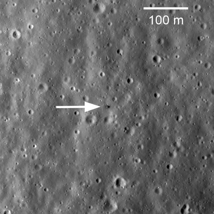 Luna 20. Umbra lungă și subțire este lăsată de brațul care colecta sol. Foto: NASA/GSFC/Arizona State University