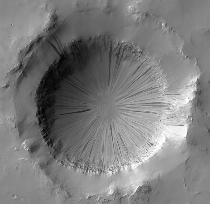 Crater anonim din regiunea Arabia Terra. Ceva a curs la vale pe marginile interioare. Foto:  NASA/JPL/University of Arizona
