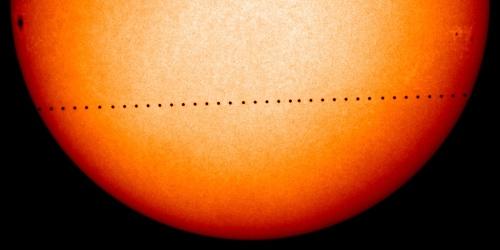 Mercur (punctul negru) trece peste discul Soarelui pe 8 noiembrie 2006. Foto: NASA/SOHO
