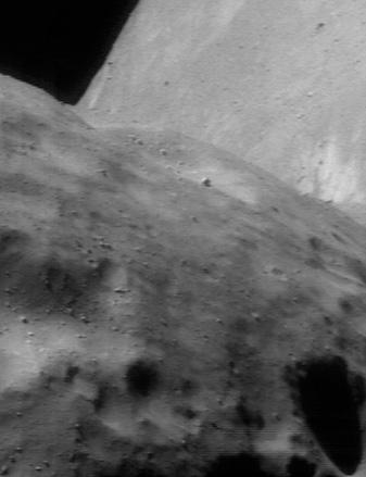 Ai grijă să nu cazi de pe Eros. Orizontul asteroidului Eros de la o altitudine de 51 km. Foto:  NEAR Project (JHU/APL)