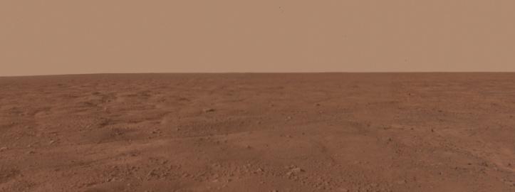 Pe Marte linia orizontului este mai apropiată de privitor decât pe Terra (nu că ți-ai da seama din imaginea aceasta...). Foto: NASA/JPL-Caltech/University Arizona/Texas A&M University