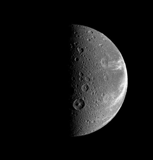 Dione - satelit cu diametru de 1123 km în diametru. Foto: NASA/JPL/Space Science Institute