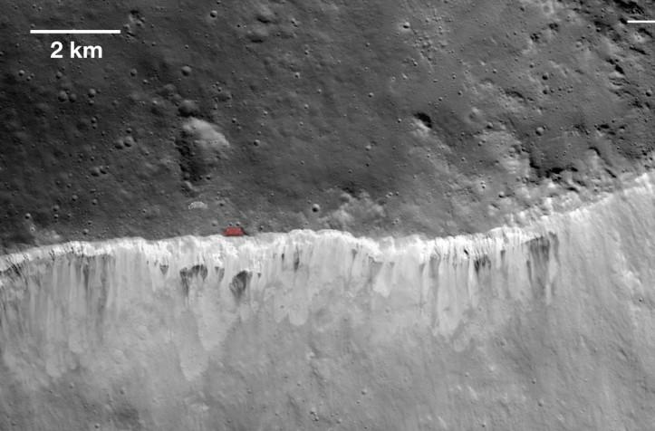 Marginea craterului Marcia aflat pe asteroidul Vesta. Cu roșu Casa Poporului... Foto: NASA/JPL-Caltech/UCLA/MPS/DLR/IDA