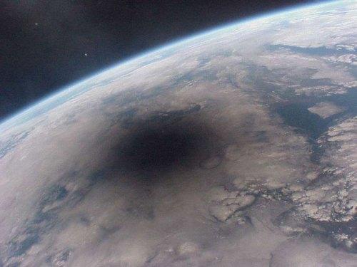 Umbra Lunii pe glob - 11 august 1999. Fotografie realizată de pe stația spațială MIR. Foto: CNRES