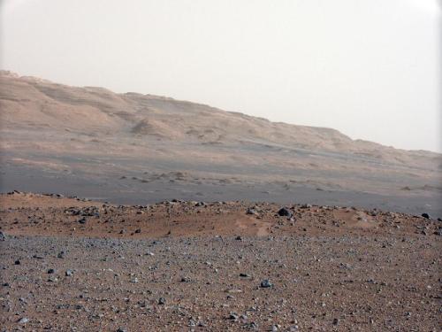 Munții marginali ai craterului Gale prin camera cu focala de 34 mm. Foto: NASA/JPL-Caltech/MSSS