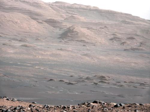 Munții marginali ai craterului Gale prin camera cu focala de 100 mm. Foto: NASA/JPL-Caltech/MSSS