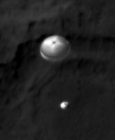 Curiosity în timpul asolizării. Foto: NASA/JPL/UA