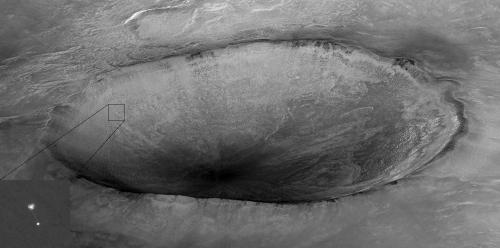 Sonda Phoenix fotografiată de Mars Reconnaissance Orbiter în mai 2008. Foto: NASA/JPL/University of Arizona