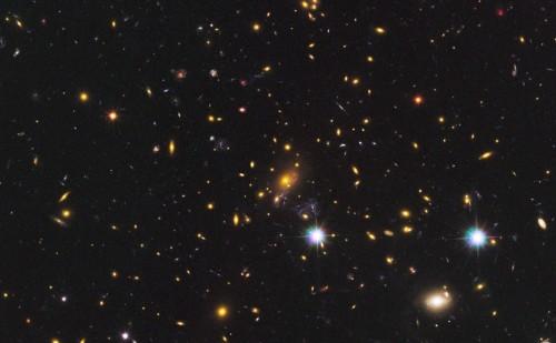 Undeva în această imagine se află una dintre cele mai îndepărtate galaxii din Univers. Foto: NASA, ESA, W. Zheng (JHU), M. Postman (STScI), and the CLASH Team