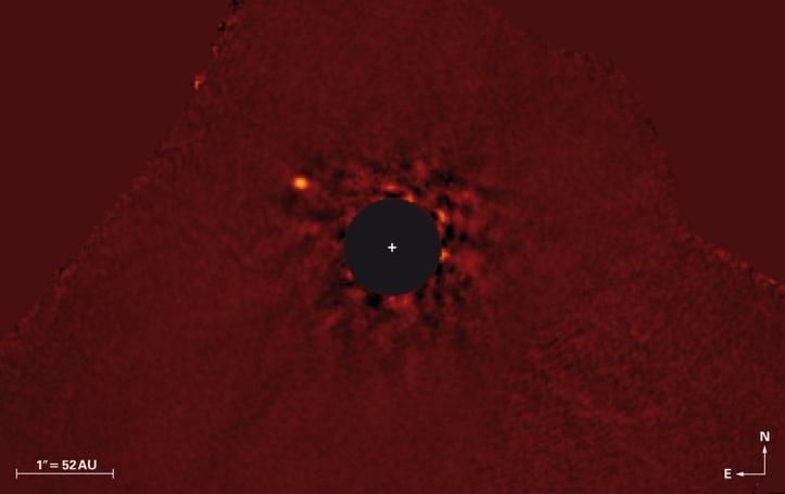 Exoplaneta k And b și steaua în jurul căreia orbitează (aflată în dreptul plusului alb, ascunsă sub cercul negru). Foto: NAOJ / Subaru / J. Carson (College of Charleston) / T. Currie (University Toronto)
