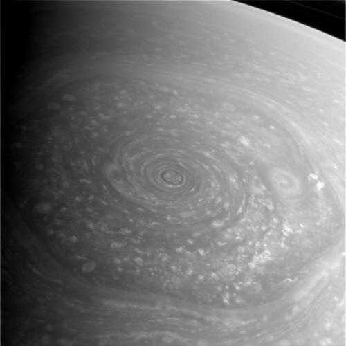 Hexagon atmosferic pe o mare nori. Imagine luată pe 27 noiembrie de către sonda Cassini. Foto: NASA/JPL/Space Science Institute