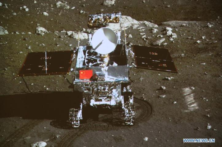 Roverul Yutu fotografiat de pe sonda Chang'e 3 pe 15 decembrie. Foto: CNSA / CCTV