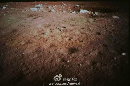 Imagine luată după aselenizare, de una din camerele aflate la bordul sondei Chang'e 3. Foto: Xinhua News Agency