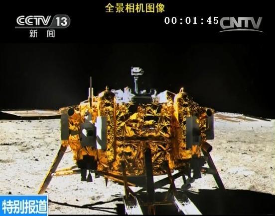 Sonda Chang'e 3 fotografiată pe 15 decembrie de pe vehiculul Yutu. Foto: CNSA / CCTV