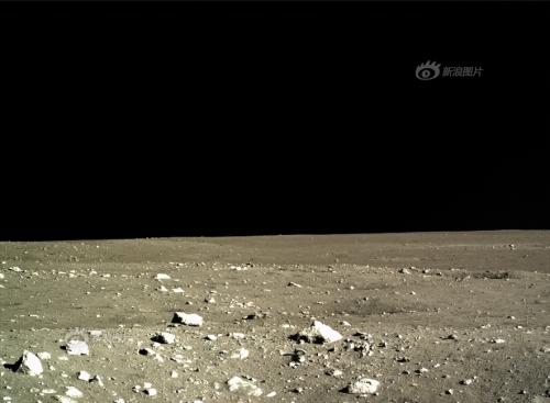 Peisajul este cam monoton, Chang'e 3 aselenizând în una din cele mai line zone de pe Lună. Pietrele aflate în imagine sunt așchii apărute în urma impacturilor. Foto: Chinese Academy of Sciences