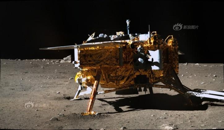 Sonda la punct fix Chang'e 3 fotografiata de roverul (mașina teleghidată) Yutu. Se vede în imagine că picioarele sondei sunt afundate în praf și că aceasta este strâmbă. Imagine luată pe 25 dec 2013. Foto: Chinese Academy of Sciences