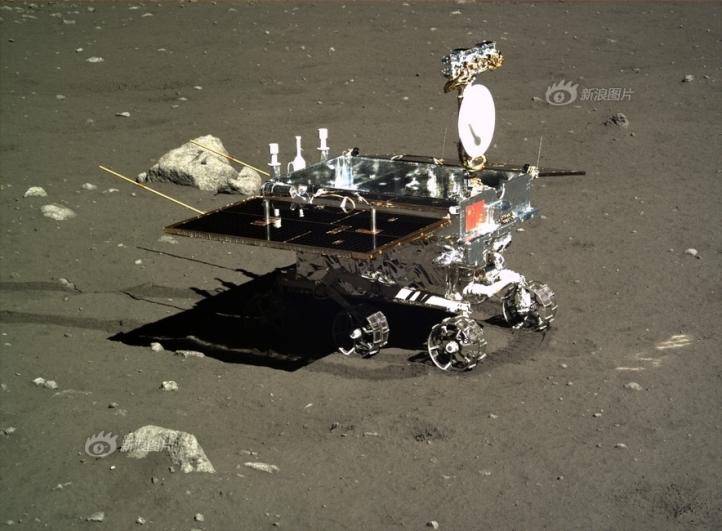 Mașina teleghidată Yutu în acțiune. Panourile solare desfăcute, antena ridicată, roțile se învârtesc și camerele funcționează. Imagine luată pe 16 decembrie 2013. Foto: Sonda la punct fix Chang'e 3 fotografiata de roverul (mașina teleghidată) Yutu. Se vede în imagine că picioarele sondei sunt afundate în praf și că aceasta este strâmbă. Imagine luată pe 25 dec 2013. Foto: Chinese Academy of Sciences