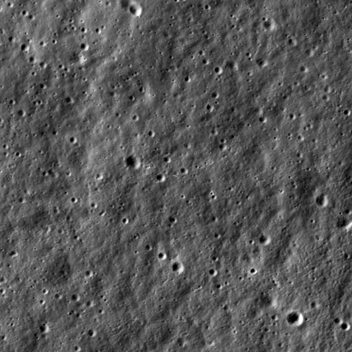 Sonda LADEE se află în centrul acestei imagini luată la timpul potrivit de o altă sondă spațială selenară, LRO. Click și se vede și LADEE. Foto: NASA/GSFC/Arizona State University