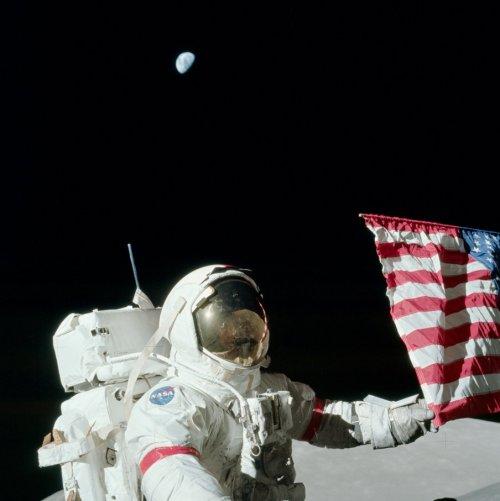 Un astronaut pe Lună. Remarcați Pământul. Foto: NASA