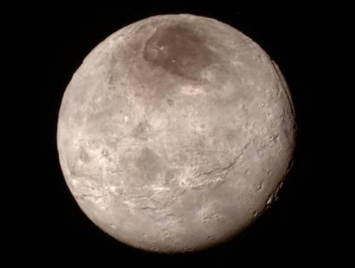 """Imagine cu Charon luată pe 13 iulie 2015, în timpul apropierii sondei New Horizons. Pata mare din partea de nord a satelitului se numește neoficial """"Mordor"""". Foto: NASA / JHUAPL / SwRI"""