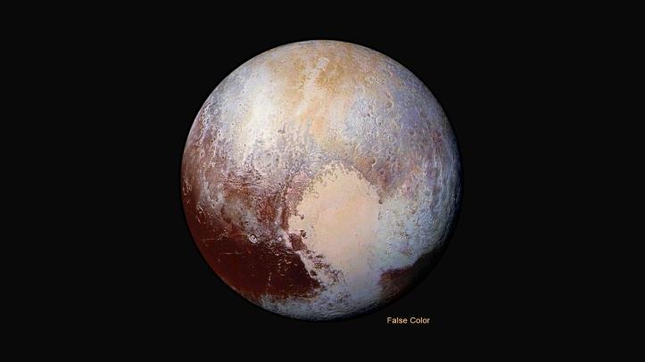 Pluto în culori false. Totuși alb-albastrul se găsește la poi (polul nord este chiar in sus), iar maroniul la ecuator. Dacă priviți ci atenție vedeți cum polul nord este mânjit de maroniu de la ecuator, ceea ce înseamnă că materia de acolo s-a ridicat în aer, a ajuns la pol unde s-a depus la sol. Foto: NASA/Johns Hopkins University Applied Physics Laboratory/Southwest Research Institute