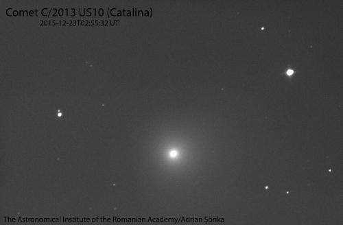 Imagine brută cu expunere de 30 s a cometei C/2013 US10 (Catalina). Cometa este cel mai strălucitor obiect din imagine