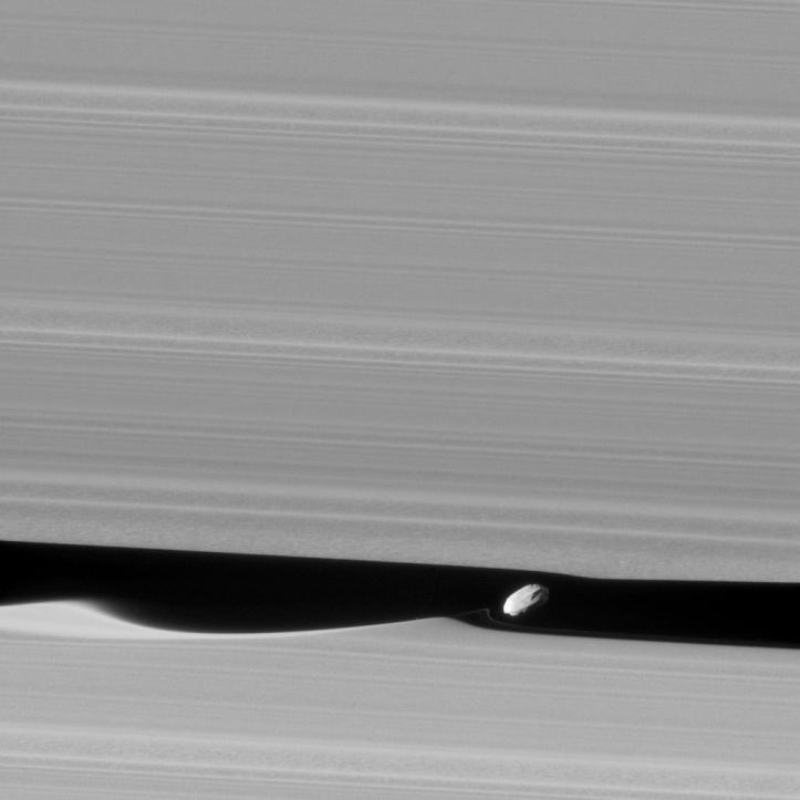 Daphnis și o mică regiune din golul lui Keeler. Foto: NASA/JPL-Caltech/Space Science Institute