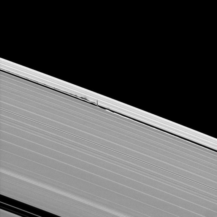 Daphnis și unde în inelul lui Saturn. Imagine din 8 iunie 2009. Foto: NASA/JPL/Space Science Institute