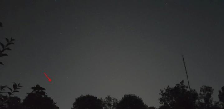 Cometa în seara de 20 iulie 2020. Fotografie făcută cu telefonul, cu 0,5 secunde timp de expunere